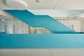 Das blaue Band des Treppengeländers.