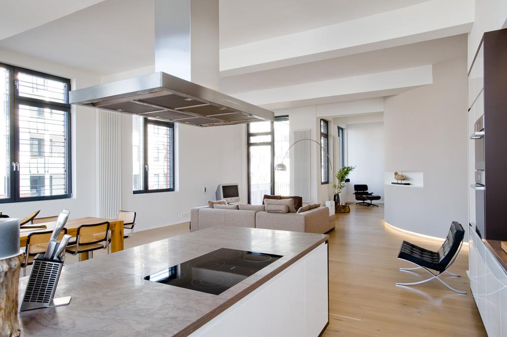 moderne loftwohnung innengarten betonboden holz bambuspflanzen