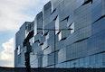 Entmaterialisierung als zentrales Merkmal: Stahlbau Pichler realisierte die verglaste Fassade mit verformten Bruchelementen entlang einer linearen Ebene.