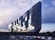 Dynamische Architektur: Je nach Tageszeit zeigt sich auf der gläsernen Fassade der Westseite ein faszinierendes Spiel von Licht und Schatten.