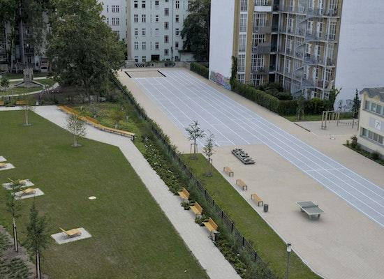 Der Pablo Neruda Garten und der neue Sportplatz des Georg-Friedrich-Händel-Gymnasiums von oben