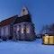 Aussegnungshalle und Gemeindehaus bei Nacht