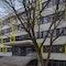 """Ansicht der Hermann-Gmeiner-Grundschule vom Schulhof aus: Die Südfassade mit den neuen """"Vitrinen-Fenstern"""""""